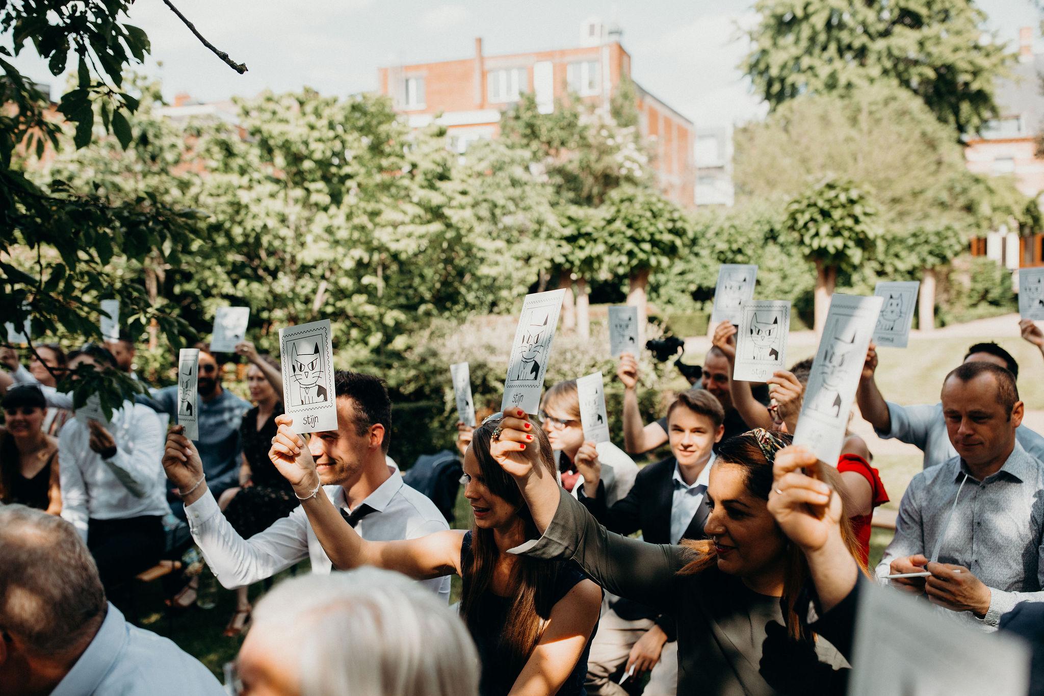 Emma en Stijn interactief ritueel gasten persoonlijke ceremonie stemmen met kaartjes