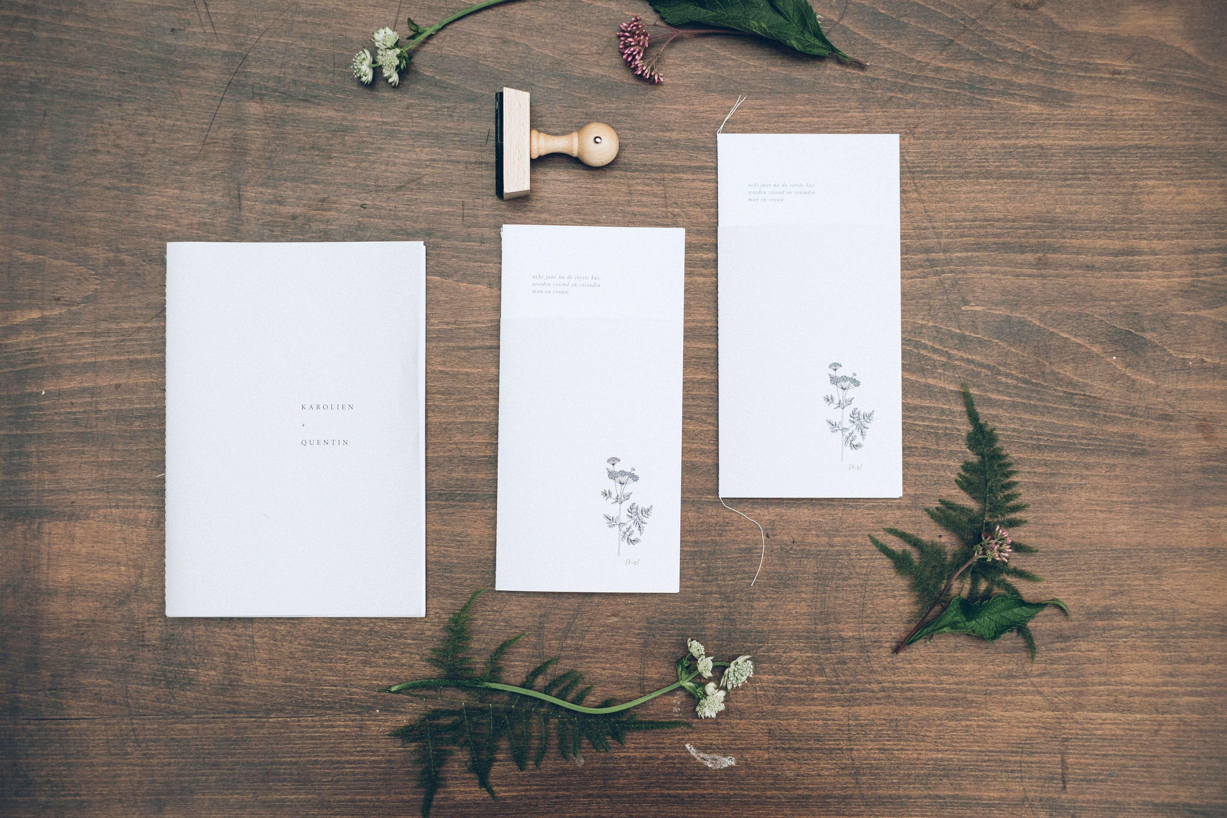 Huwelijksdrukwerk trouwuitnodiging grafisch ontwerp op maat minimalistisch puur typografisch