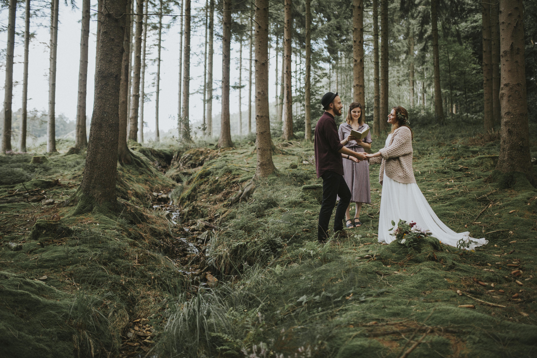 Liz en Simon authentieke persoonlijke ceremonie in het bos elopement met twee ceremoniespreker