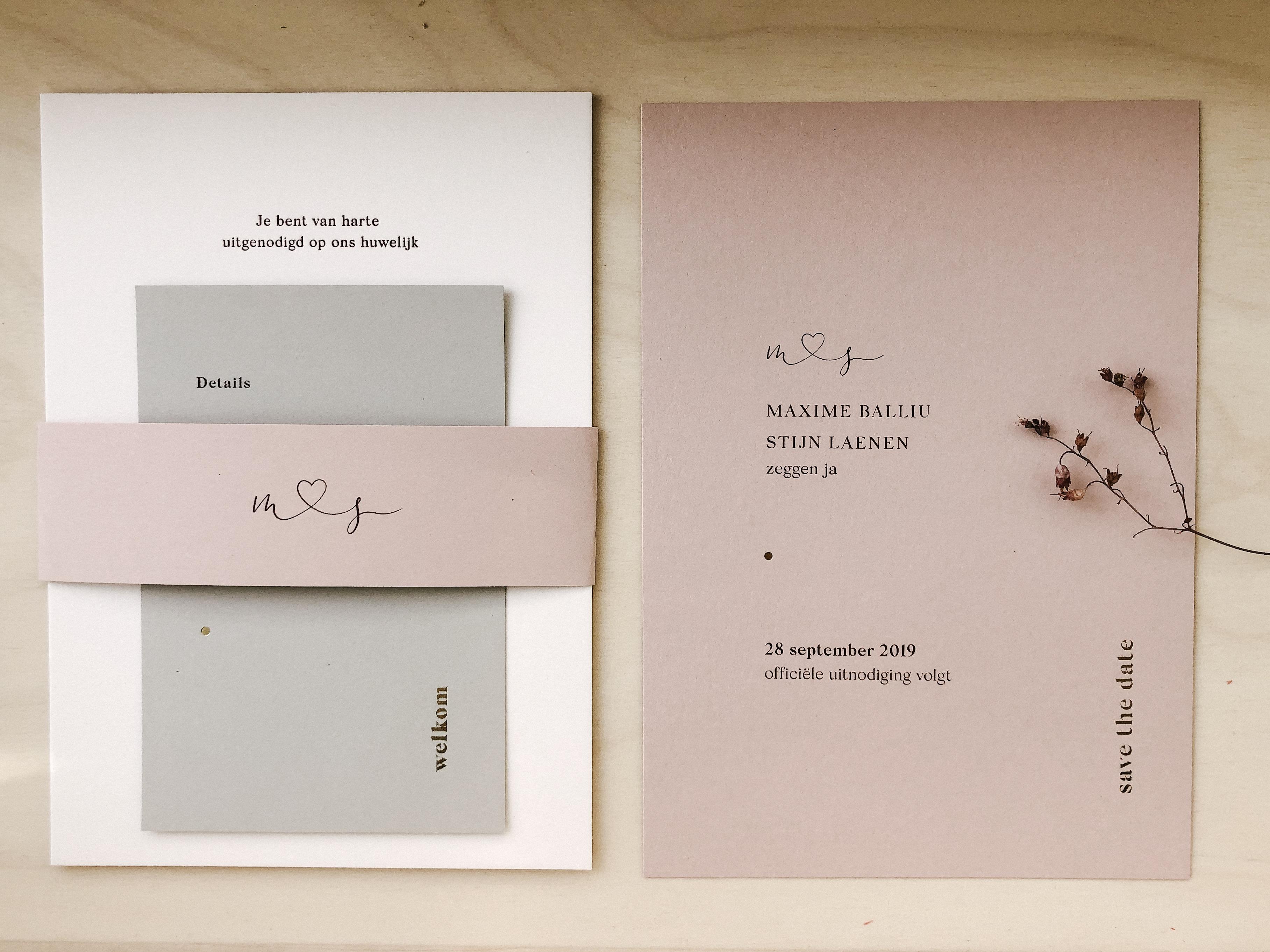 HUwelijksuitnodiging op roze, grijs en wit papier afgewerkt met een bandje en goudfolie