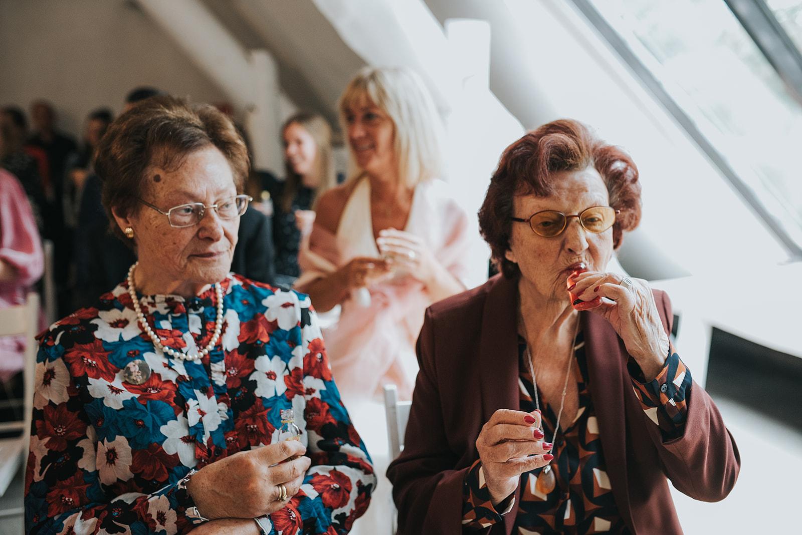 Maxime en Stijn authentieke persoonlijke ceremonie interactiev ritueel gasten flugel shotje drinken